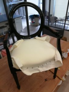 Fauteuil Louis XVI pose toile blanche assise