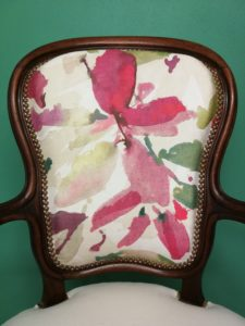 Pose clous dossier interieur fauteuil Louis Philippe