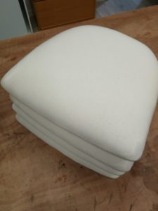 Galettes chaises pose toile blanche
